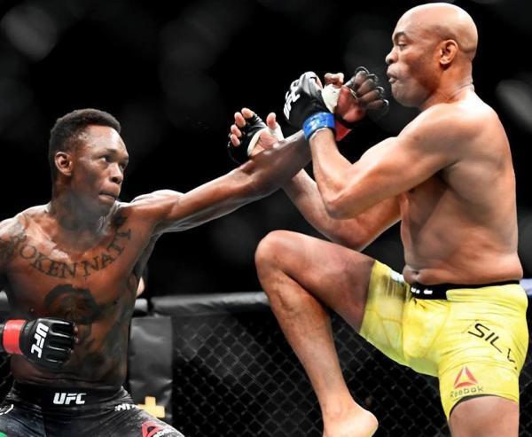 Adesanya (esq.) vence Anderson (dir.) no UFC 234. Foto: Reprodução / Instagram @ufc