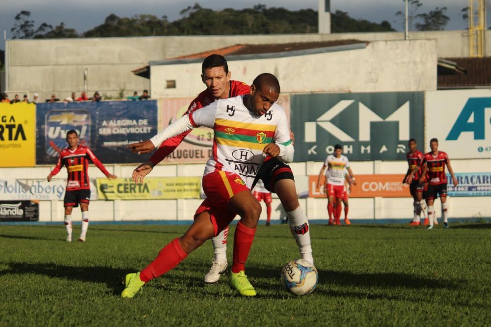 """Edilson pede """"concentração total"""" do Brusque nos dois jogos decisivos contra o Manaus"""