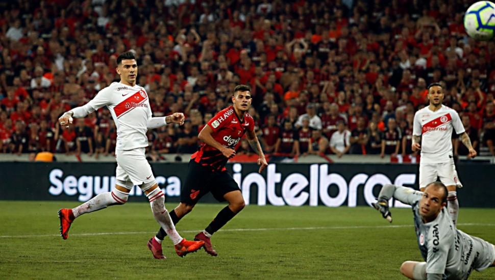 Bruno Guimarães foi oportunista para marcar pro Furacão. Foto: Jonathan Campos