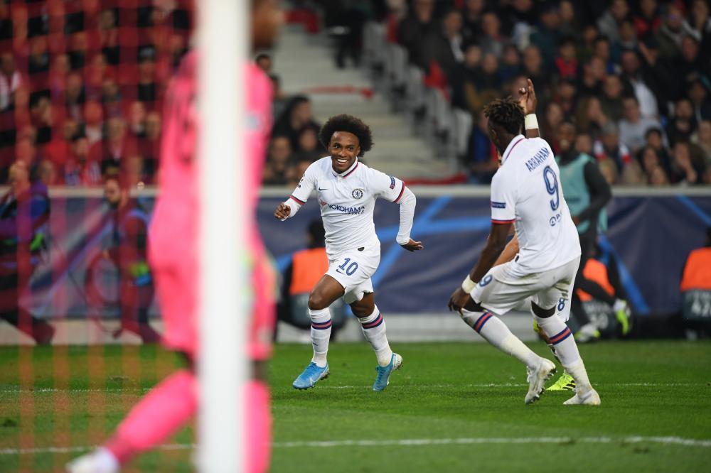 Com gol de Willian, Chelsea vence primeira na Champions; Ajax segue 100%