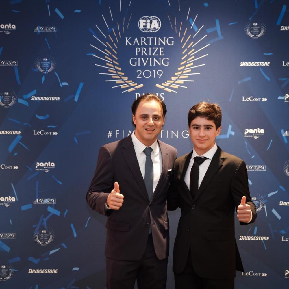Felipe Massa ao lado de Rafael Câmara na cerimônia de premiação da FIA (Divulgação/RF1)