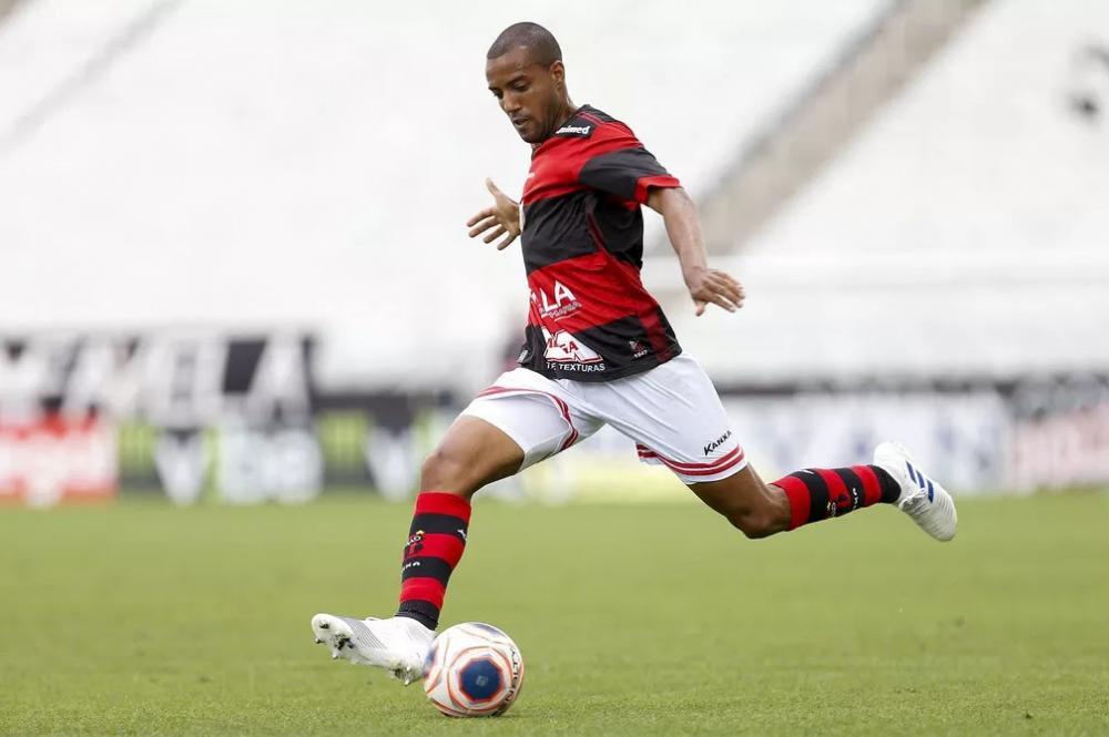 Sem conseguir chegar ao Brasil, meia Diego Torres mantém treinos por vídeo com o CRB e aguarda liberação das fronteiras