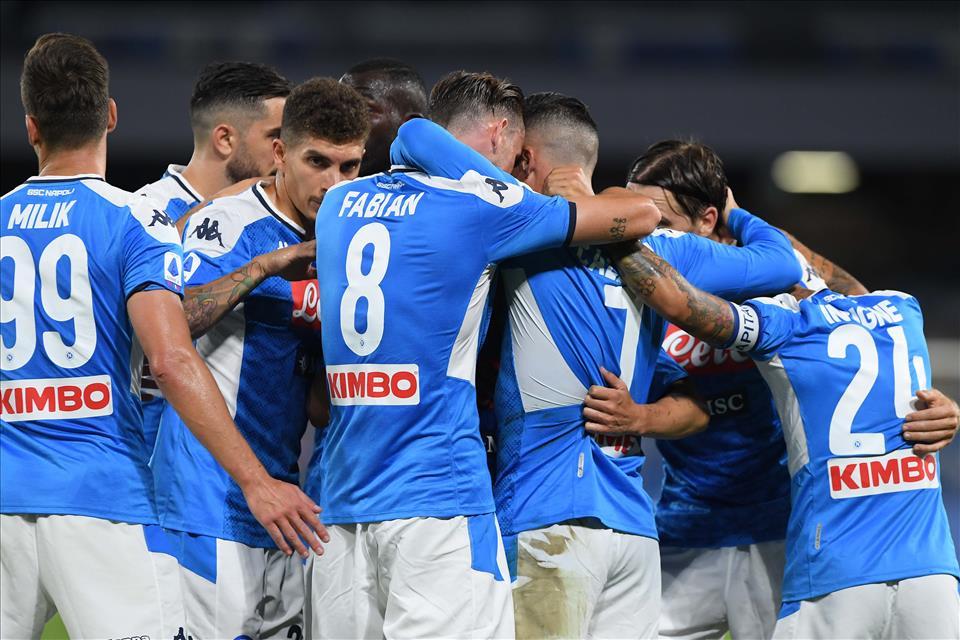 Napoli vence Roma e deixa disputa pela Liga Europa ainda mais embolada